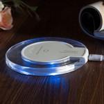 Bezdrátová nabíječka pro mobilní telefony Qi Wireless – na stole