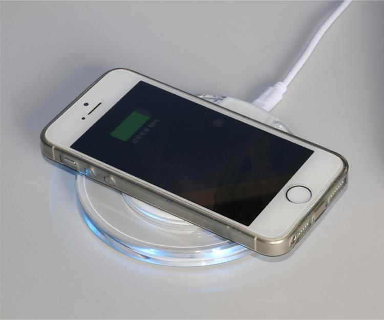Bezdrátová nabíječka pro mobilní telefony Qi Wireless s položeným mobilem