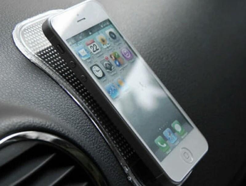 Nanopodlozka do auta s mobilnim telefonem
