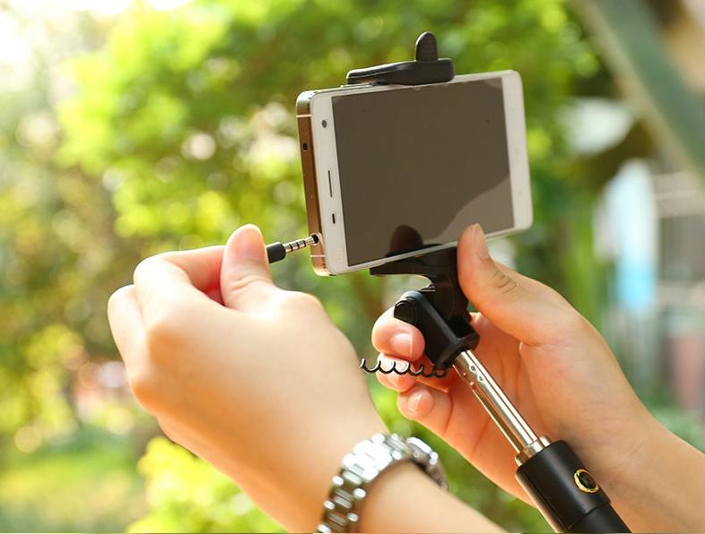 Luxusni-selfie-tyc-s-tlacitkem-barva-cerno-zlata-08